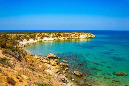 Photo pour Ragged coast of Akamas peninsula on Cyprus - image libre de droit