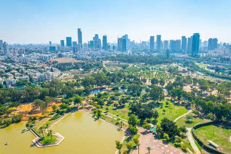 Foto de Cityscape of Tel Aviv viewed from TLV Balloon flying over Hayarkon park, Israel - Imagen libre de derechos