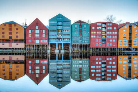 Photo pour Sunset view of colorful timber houses surrounding river Nidelva in the Brygge district of Trondheim, Norway - image libre de droit
