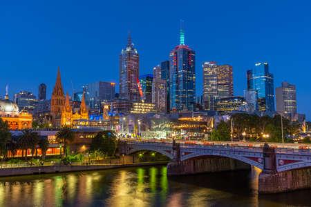 Photo pour MELBOURNE, AUSTRALIA, DECEMBER 31, 2019: Night panorama of Melbourne behind Yarra river, Australia - image libre de droit