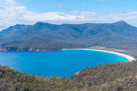 Photo pour Aerial view of Wineglass bay in Freycinet National park in Tasmania, Australia - image libre de droit