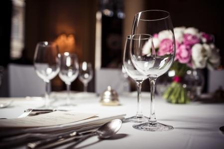 Photo pour Empty glasses set in restaurant - image libre de droit