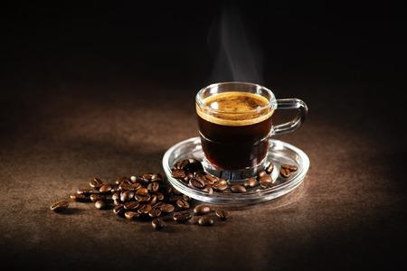 Photo pour Cup of espresso coffee on dark background. - image libre de droit