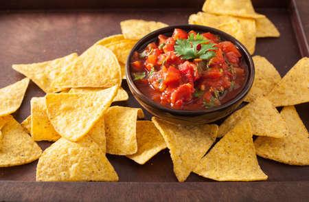 Foto de mexican salsa dip and nachos tortilla chips - Imagen libre de derechos