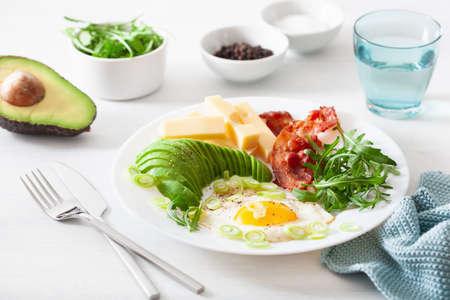 Foto de healthy keto breakfast: egg, avocado, cheese, bacon - Imagen libre de derechos