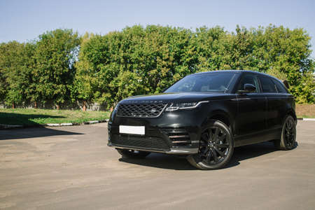 Photo pour Moscow. Autumn 2018. The Land Rover Range Rover Velar in Black color compact luxury crossover SUV in the industrial zone - image libre de droit