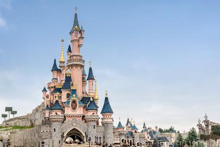 Foto de Paris, France- January 12, 2019:Sleeping Beauty Castle in Disneyland park in Marne La Vallee France. Disneyland Paris - Imagen libre de derechos