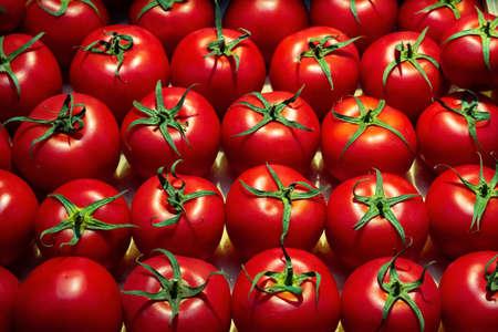 Photo pour low key fresh ripe tomatoes pattern on a food market - image libre de droit