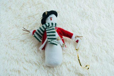 Photo pour top view snowman toy on a white blanket - image libre de droit