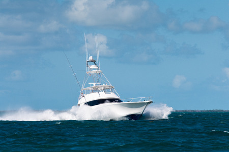 Photo pour white fishing boat with large bow waves in the florida keys - image libre de droit