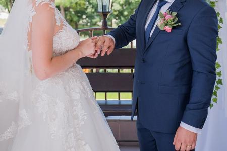 Foto de bride and groom wear rings at the ceremony - Imagen libre de derechos