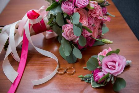 Foto de bridal bouquet and groom's boutonniere on the table - Imagen libre de derechos