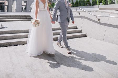 Foto de bride and groom on the big staircase - Imagen libre de derechos
