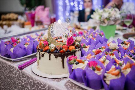 Photo pour a wedding cake with wedding decor - image libre de droit