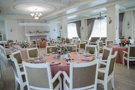 Photo pour decor of a wedding table on holiday in restaurant - image libre de droit