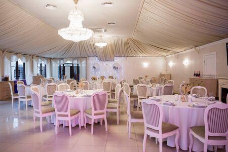 Photo pour decor of flowers at a wedding in banquet hall - image libre de droit