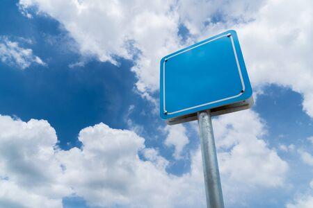 Photo pour Blank sign with blue sky background. - image libre de droit