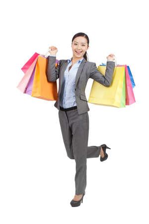 Photo pour Young woman holding shopping bags - image libre de droit