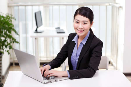 Foto de Businesswoman using a laptop - Imagen libre de derechos