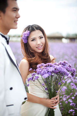 Foto de Romantic Lavender wedding couple - Imagen libre de derechos