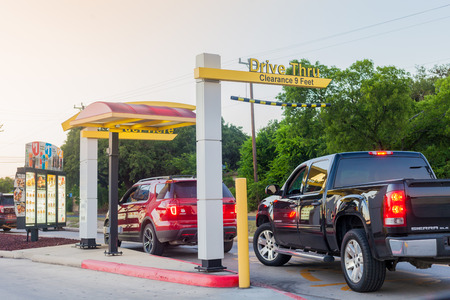 Photo pour SAN ANTONIO, TEXAS - MAY 29, 2018 - Cars in line at a McDonald's restaurant drive thru in San Antonio, Texas. - image libre de droit
