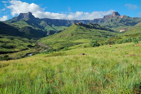 Photo pour Amphitheater and Tugela river, Drakensberg mountains, Royal Natal National Park, South Africa - image libre de droit