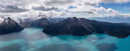 Foto de Beautiful panoramic landscape view of Garibaldi Lake vibrant sunny summer day. Taken from top of Panorama Ridge, located near Whister and Squamish, North of Vancouver, BC, Canada. - Imagen libre de derechos