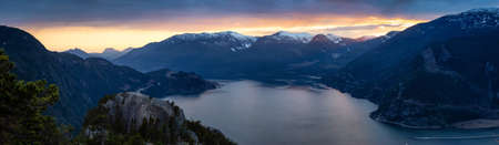 Foto de Scenic Panoramic Landscape view of the Beautiful Canadian Nature from the top of the Mountain during a colorful sunset. Taken in Squamish, North of Vancouver, BC, Canada. - Imagen libre de derechos