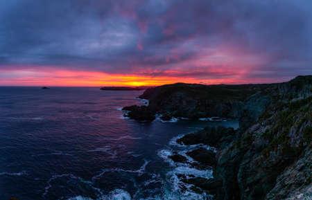 Photo pour Striking seascape view on a rocky Atlantic Ocean Coast during a colorful sunrise. Taken at Crow Head, North Twillingate Island, Newfoundland and Labrador, Canada. - image libre de droit