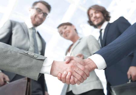 Foto de in the foreground.handshake of business partners - Imagen libre de derechos