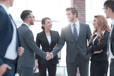 Foto de business handshake of businessmen in the office - Imagen libre de derechos