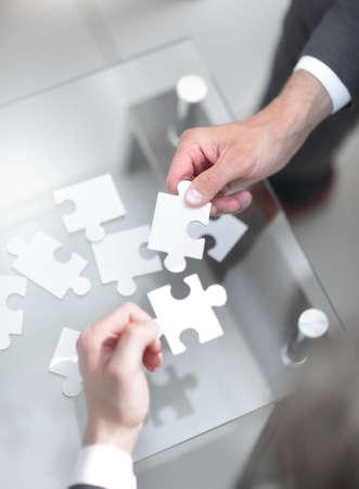 Photo pour business partners put the pieces of the puzzle. - image libre de droit