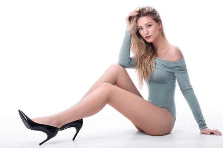 Photo pour beautiful sexy woman sitting on the floor. - image libre de droit