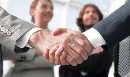 Foto de welcome and handshake business people - Imagen libre de derechos