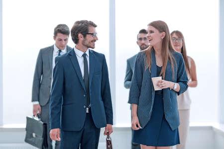 Foto de successful businessman talking to employees in the office corridor . - Imagen libre de derechos