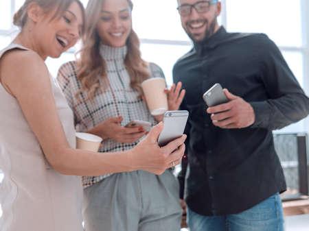 Photo pour business team reading emails on their smartphones. - image libre de droit