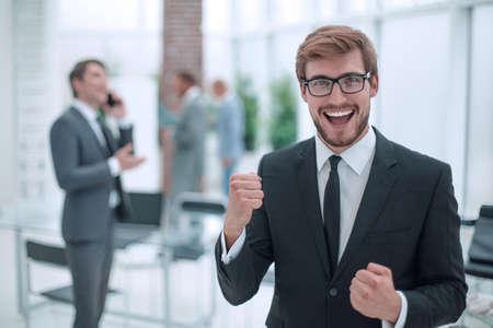 Foto de close up. happy confident businessman standing in office - Imagen libre de derechos
