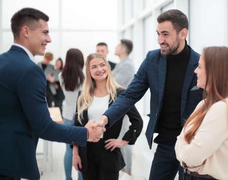 Foto de happy business people shaking hands with each other. - Imagen libre de derechos