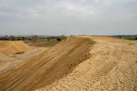 Photo pour excavator summarizes soil on construction site in summer season - image libre de droit