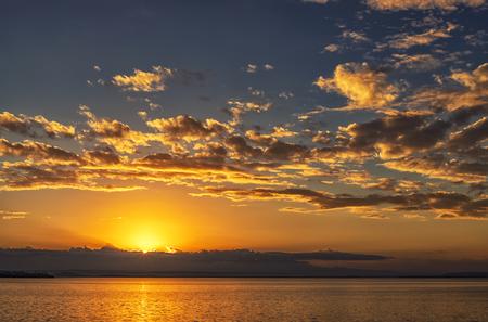 Photo pour Beautiful ocean landscape with vibrant sunset or sunrise - image libre de droit