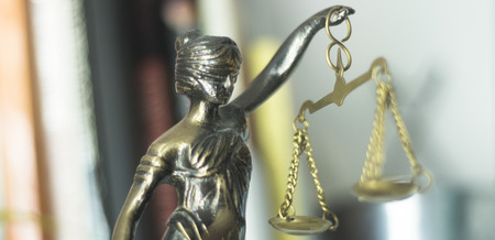 Photo pour Legal law firm bronze statue of the goddess themis with scales of justice in attorneys office. - image libre de droit