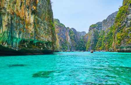 Photo pour The bright emerald waters of Pileh Bay lagoon, surrounded by huge cliffs of Phi Phi Leh Island, Krabi, Thailand - image libre de droit