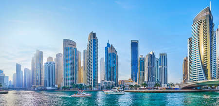 Photo pour DUBAI, UAE - MARCH 2, 2020: Panorama of  Dubai Marina with canal, bridge, forest of modern skyscrapers, Park Island towers and floating yachts, on March 2 in Dubai - image libre de droit
