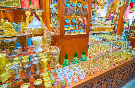Photo pour The counter of perfume and souvenir stall of Souk Madinat Jumeirah market with different perfume jars, magnets, figurines and vases, Dubai, UAE - image libre de droit
