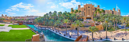 Photo pour Panorama of Souk Madinat Jumeirah market, its grounds with park, Fort Island, canals and Mina A'Salam hotel in the background, Dubai, UAE - image libre de droit