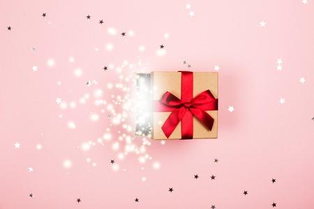 Photo pour Present with red bow and magic inside. - image libre de droit