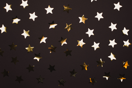 Photo pour Many beautiful golden stars on pink background. Flat lay style. - image libre de droit