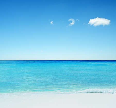 Photo pour Beautiful tropical seascape. Sky and sea. - image libre de droit