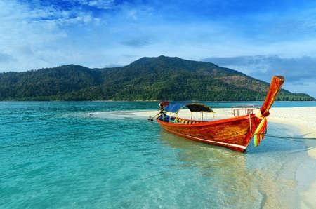 Photo pour Clear water and blue sky  Lipe island, Thailand  - image libre de droit