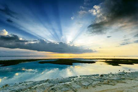 Photo pour Tropical sunset at low tide. Gili Travangan island, Lombok, Indonesia. - image libre de droit